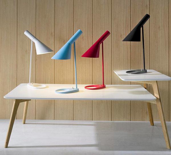 Lámpara de sobremesa azul, negro, rojo y blanco